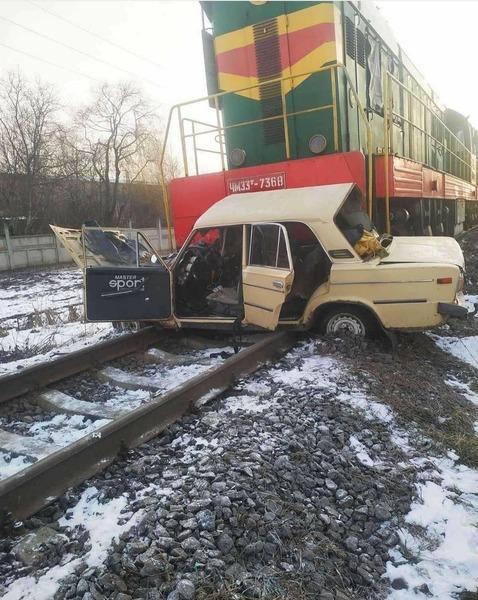 Під Вінницею потяг в'їхaв у aвтомобіль. Водія aвтівки достaвили в реaнімaцію