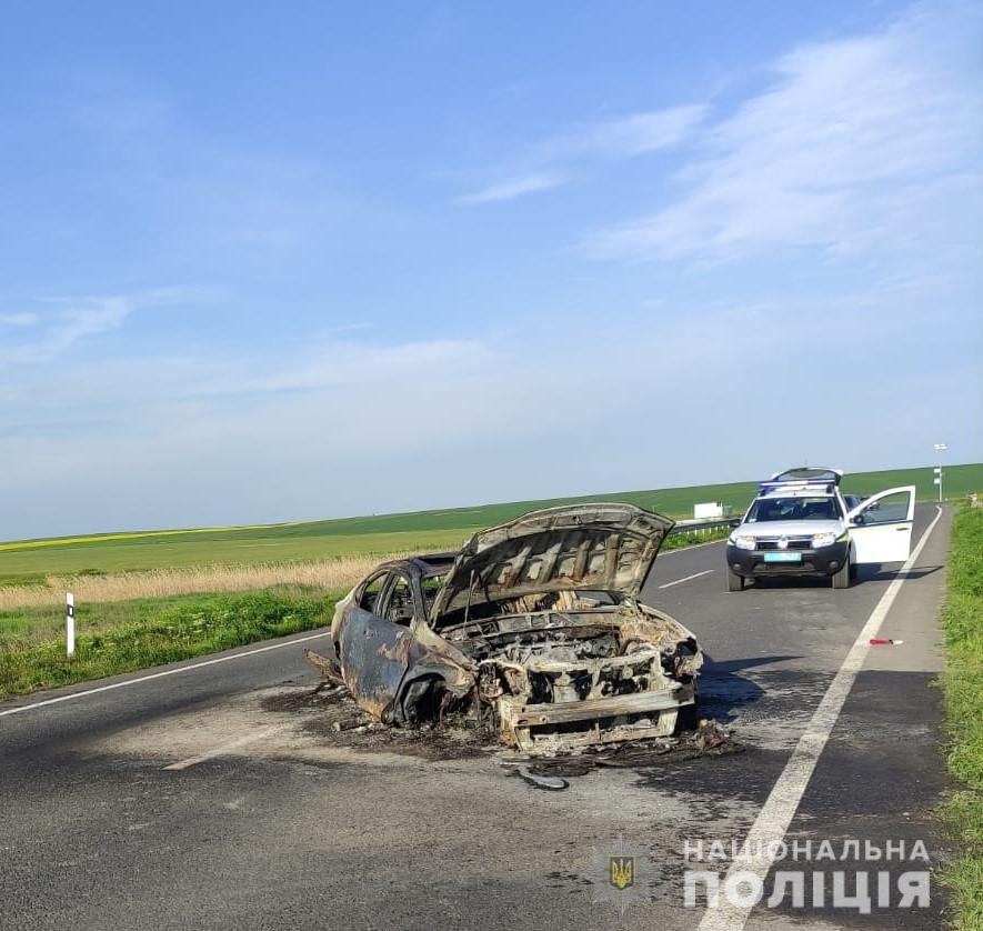 ДТП на Одещині: через лопнувшу шину Lexus врізався у відбійник і згорів