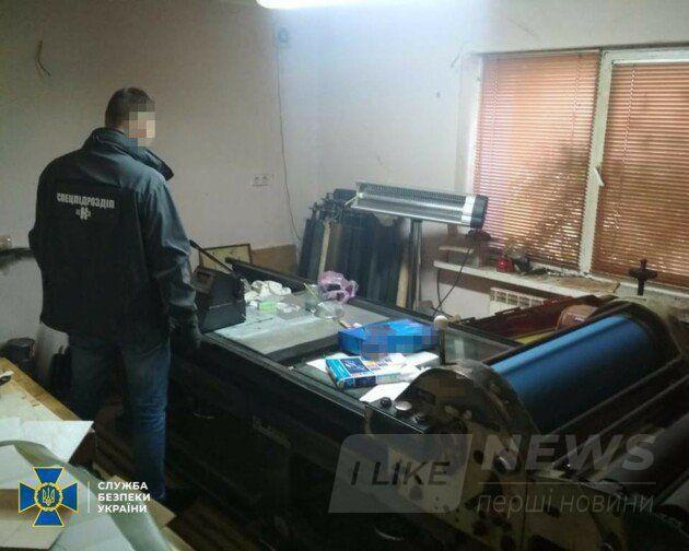 Для виготовлення фальшивих документів ділки облаштували 2 цехи у приватних будинках у селищах на Київщині.