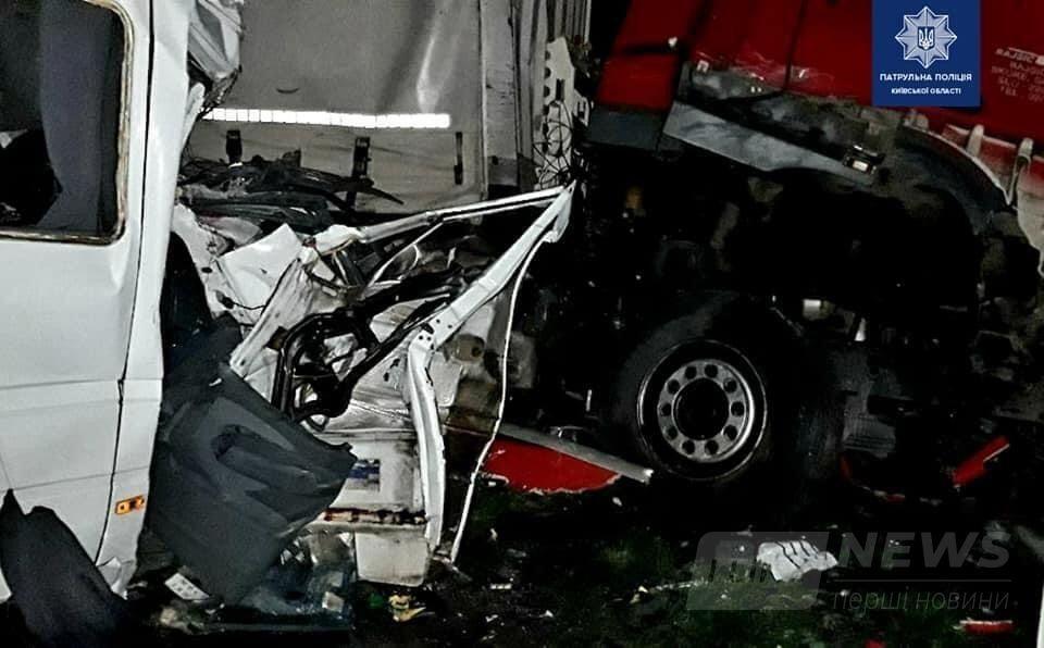Внаслідок ДТП, станом на 10:00, загинуло 6 людей, 18 звернулося по допомогу до лікарів.