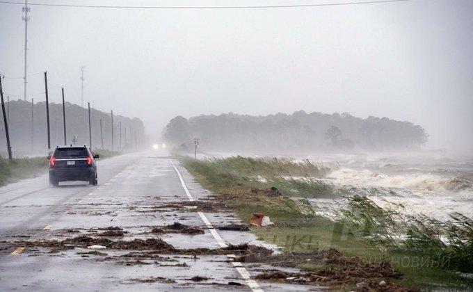 В американських містах пошкоджені дороги, мости, будівлі та лінії електропередач.