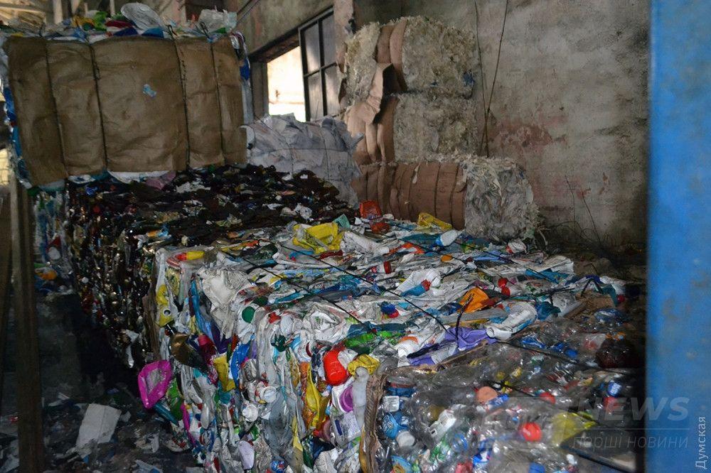 После фасовки пластиковые бутылки прессуют и отправляют переработчику