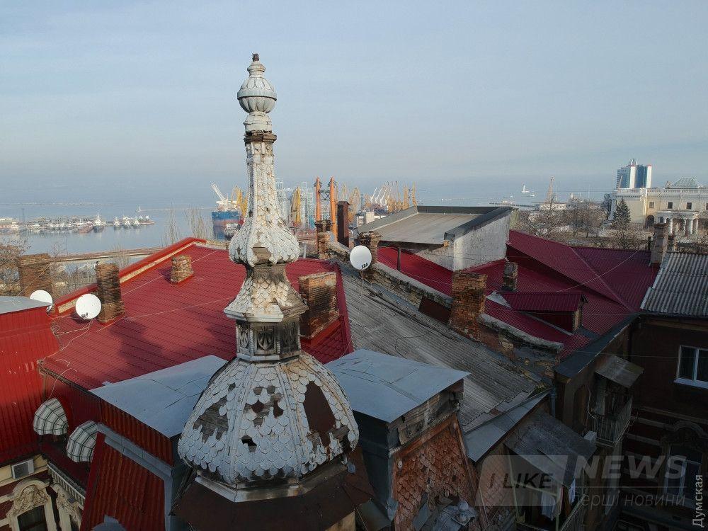 Гоголя, 5. Крышу сделали, башня скоро упадет. Зато соседи замутили мезонинчики