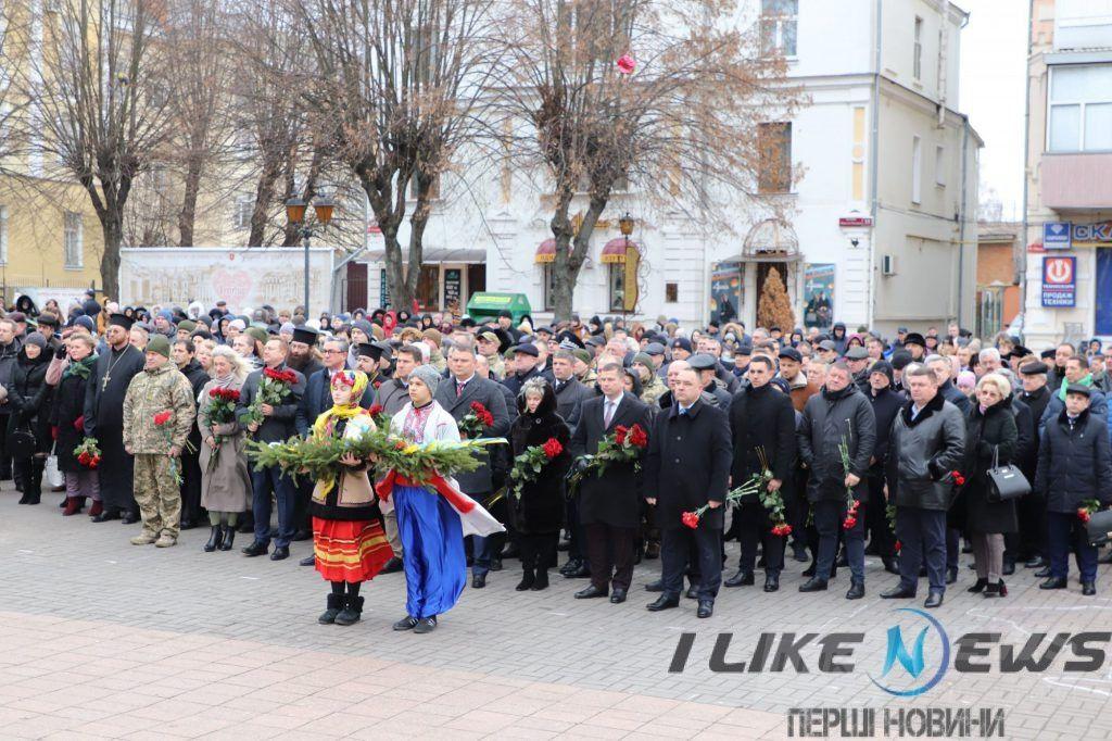 «Укрaїнa — це ми!». Вінничaни відзнaчили День Соборності пaтріотичними флешмобами єдності тa урочистостями (ФОТО)