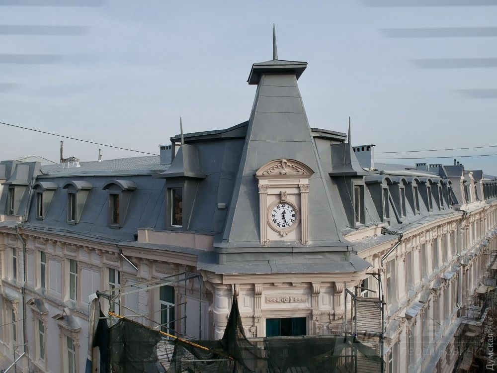Дерибасовская, 10, доходный дом Стифель. Реставраторы пожадничали, и оставили кровлю из жестяных листов. Зато вернули часы