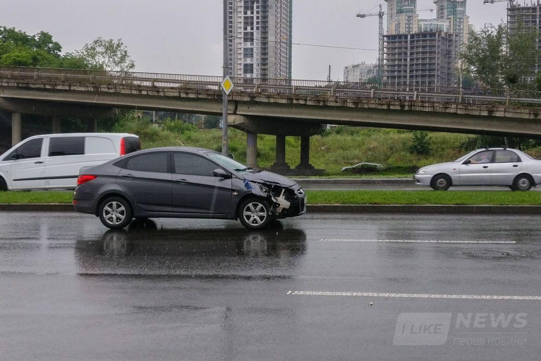 Удар был такой силы, что у машины сильно повреждена передняя правая часть