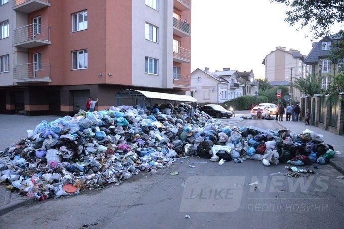 Протестуючи проти сміття, яке не вивозять, люди перекрили ним дорогу