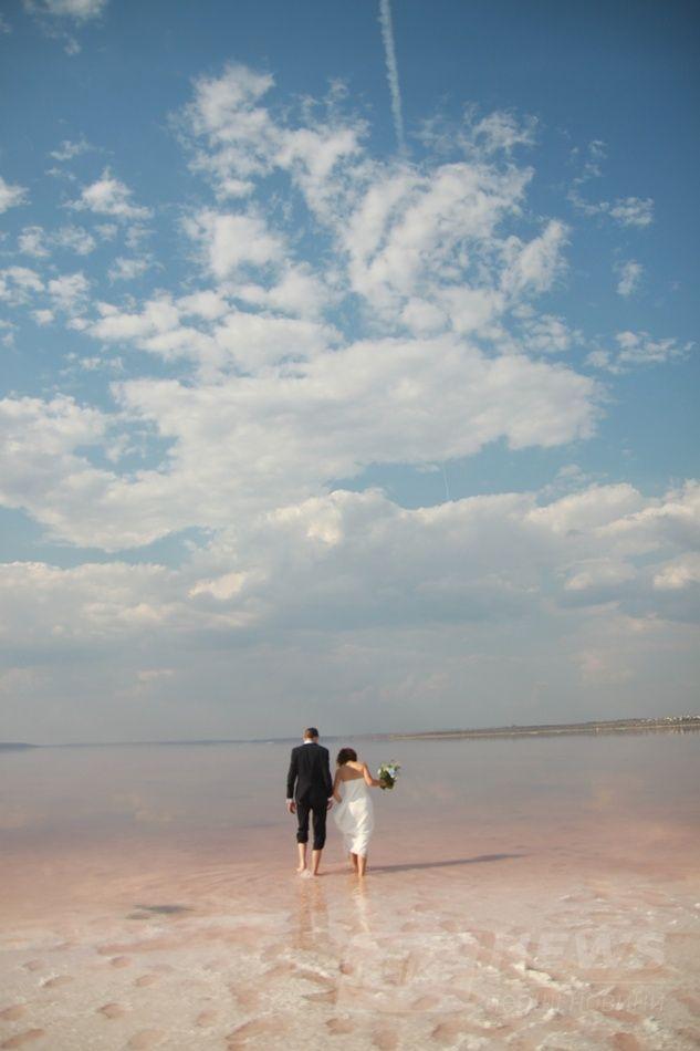 Вот такие краски ловят одесские фотографы - белая кристаллизованная соль и розовая вода