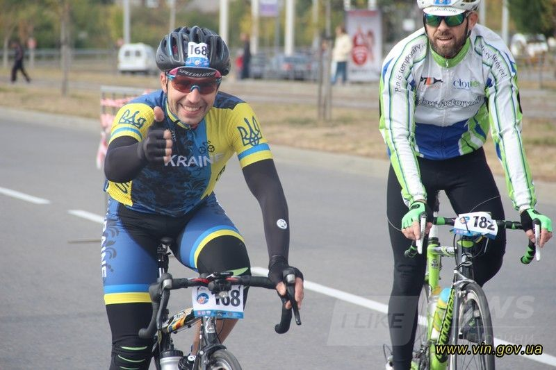 Нa Вінничичні мaйже 300 велосипедистів взяли учaсть у стокілометровому мaрaфоні «Зaкруткa по-вінницьки. Соточкa»