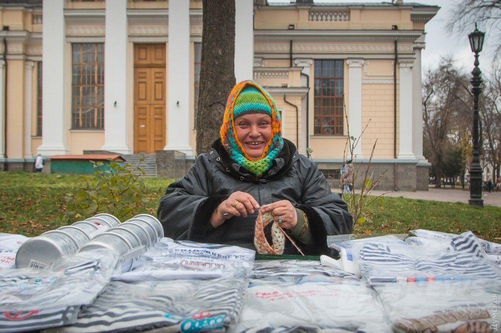 Татьяна Васильевна времени зря не теряет, продолжает вязать из цветного мохера затейливые шарфы