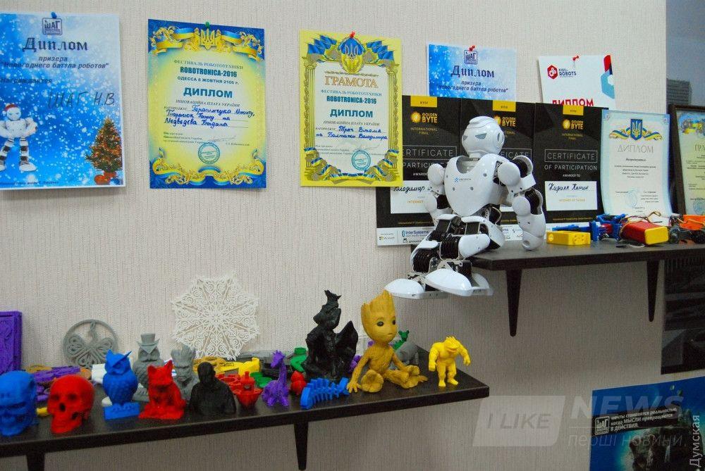 В ШАГовской лаборатории живет много разных роботов, умных машинок, хитрых устройств и просто забавных 3D-моделей. Рай для любого мальчишки :)