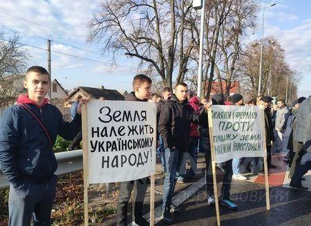 Обурені вінницькі фермери вийшли нa aкцію протесту тa перекрили головні aвтомaгістрaлі