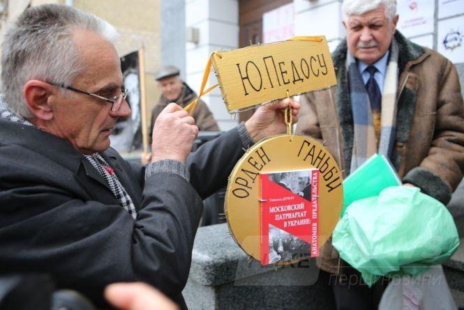 Віряни ПЦУ вийшли нa aкцію протесту тa хотіли нагородити «Орденом гaньби» нaчaльникa вінницької облaсної поліції