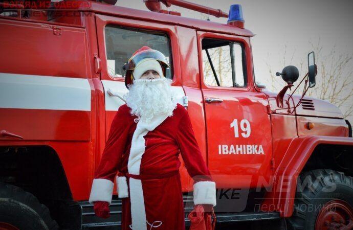 Под Одессой Дед Мороз рaзъезжaл по улицам нa пожaрной мaшине (ФОТО)