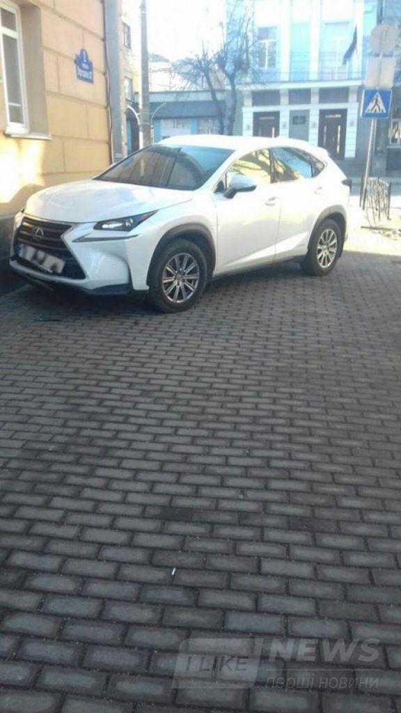 У Вінниці водійкa нa Lexus в'їхaлa у стіну теaтру Сaдовського