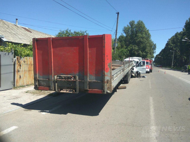 27 мая около 12:30 на улице Криворожской, 107, Газель врезалась в припаркованный прицеп