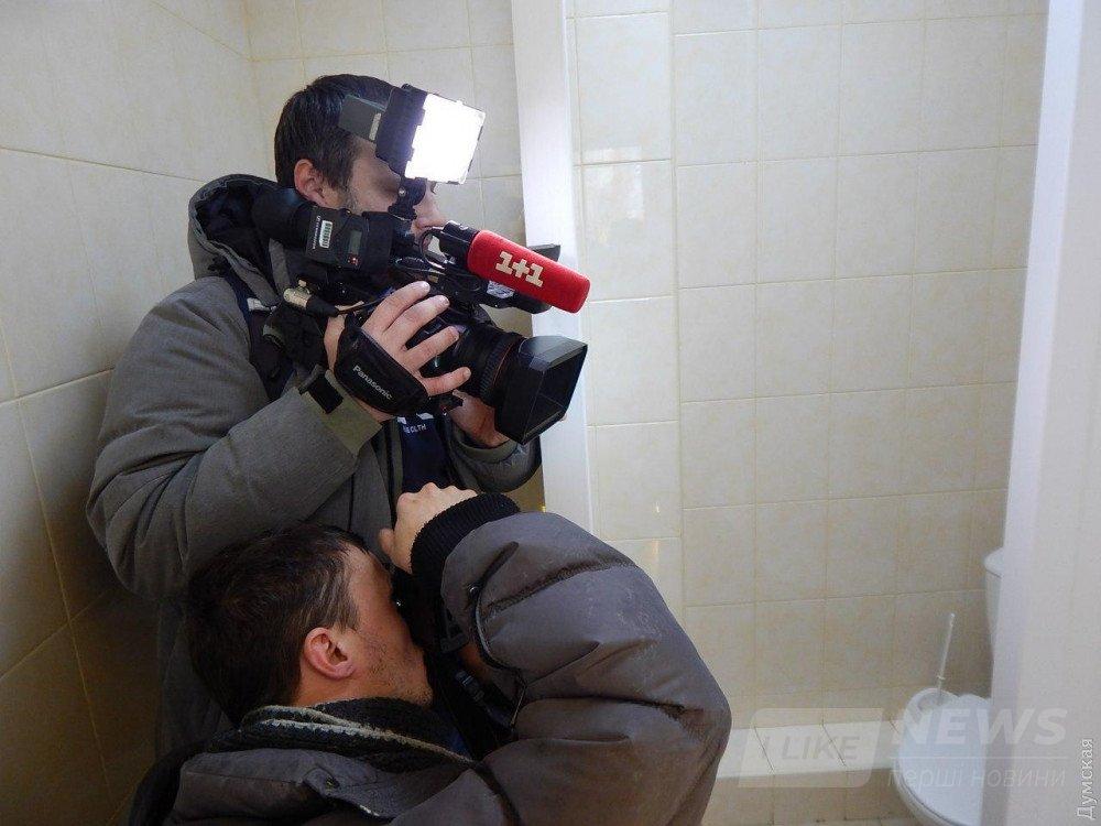 Операторы снимают душевую в яслях. На попки трехлеток никто не зарился и камер не устанавливал. Место, где моются подростки, нам не показали