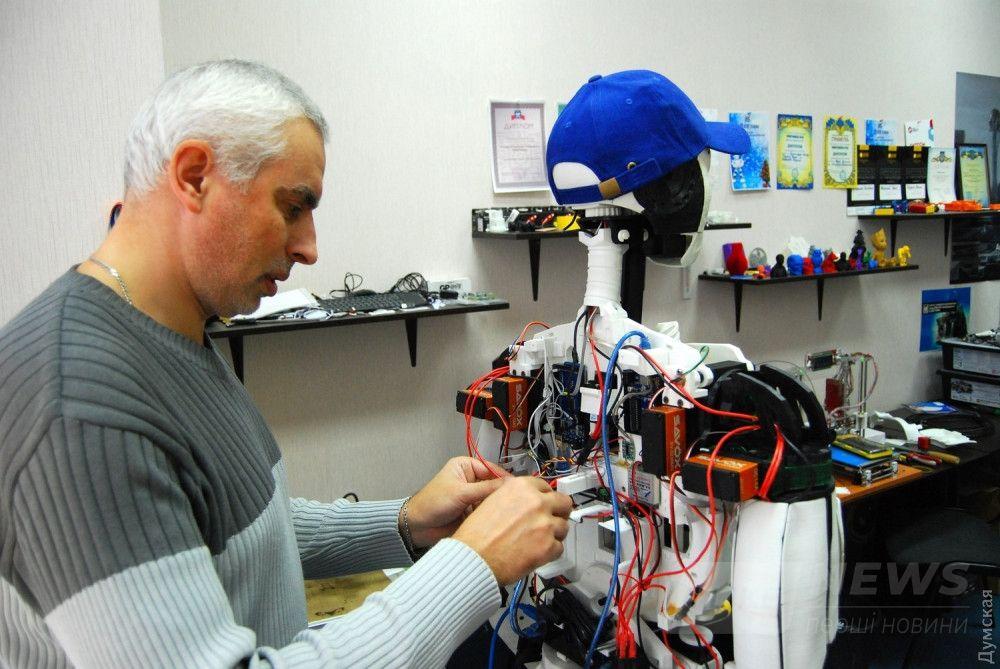 """Затем робот обзаводится """"мышцами"""" моторов и """"нервами"""" электрических проводов"""