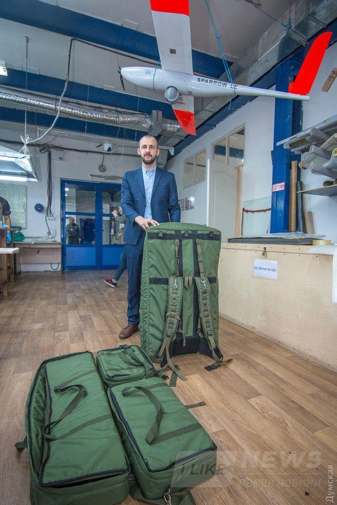 Вадим Болта демонстрирует рюкзаки для комплекта Sparrow