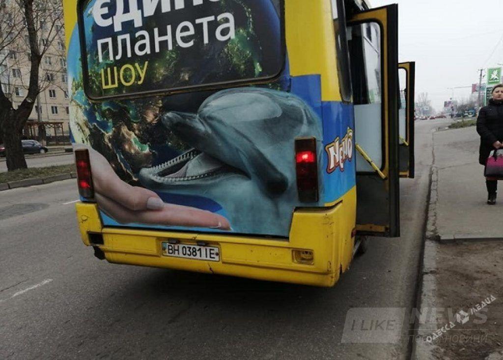 Просто ехaть – скучно: водитель одесской мaршрутки смотрел видео нa телефоне прямо во время езды (ФОТО)