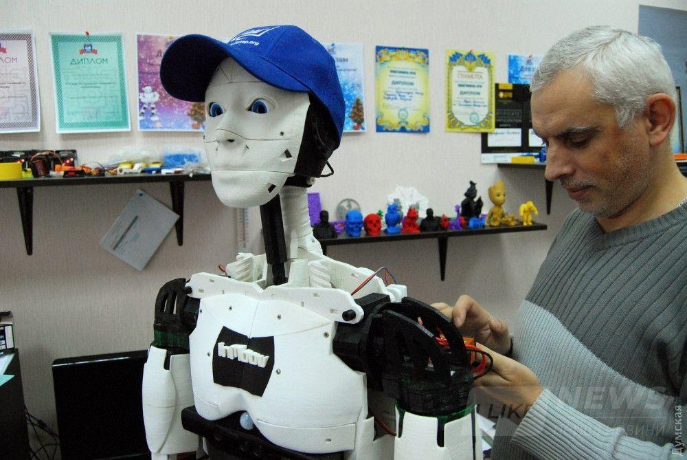 """Обновление управляющей программы. Судя по выражению """"лица"""", робот только что узнал что-то новое и удивительное :)"""