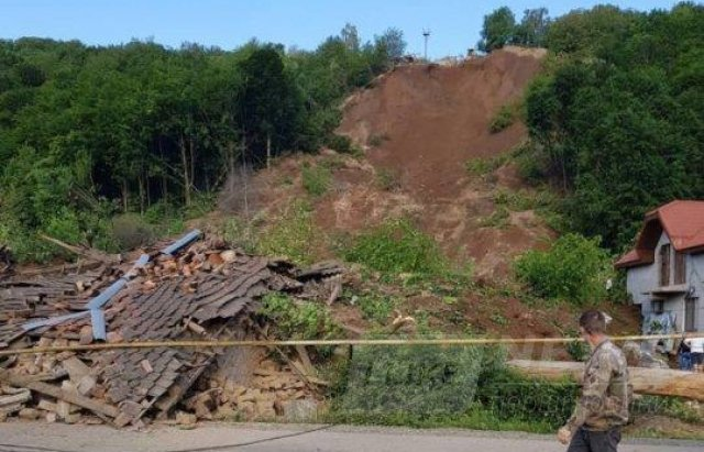 На недіючому кар'єрі під Мукачевом стався зсув: 3 будинки зруйновано повністю (ФОТО, Доповнено)