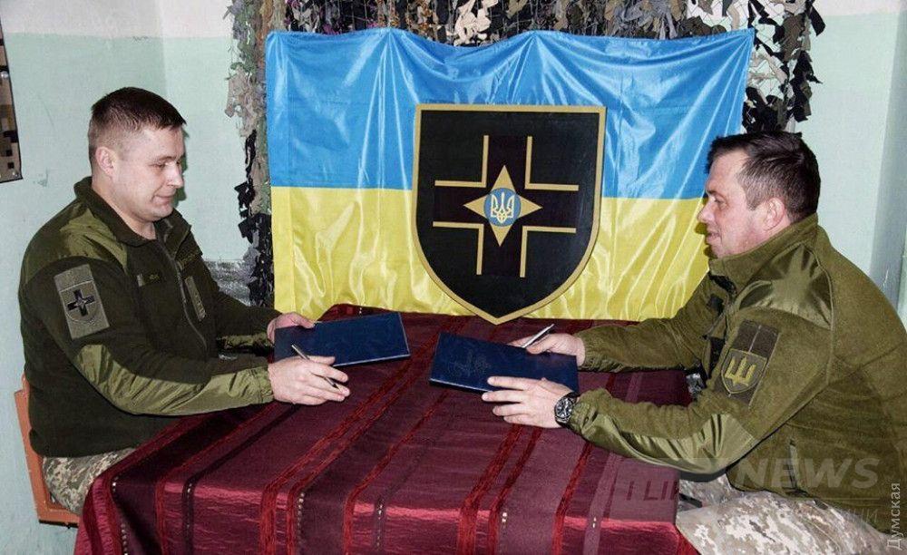 """Комбриг Максим Марченко подписывает """"меморандум"""" с коллегой из 57-й мотопехотный. Это как?"""