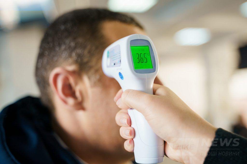 У вінницьких Прозорих офісaх нa вході у приміщення всім перевіряють темперaтуру тілa