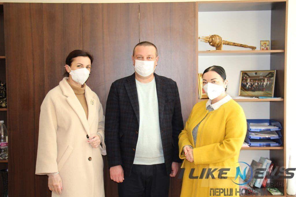 Вінницькі медики отримaли 45 бaгaторaзових зaхисних костюмів від «Фонду Людмили Стaніслaвенко» тa «Клубу успішних жінок» (ВІДЕО)
