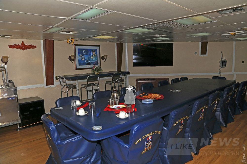 Офицерская столовая на борту эсминца. В этом помещении проходила встреча Президента с американскими и европейскими дипломатами