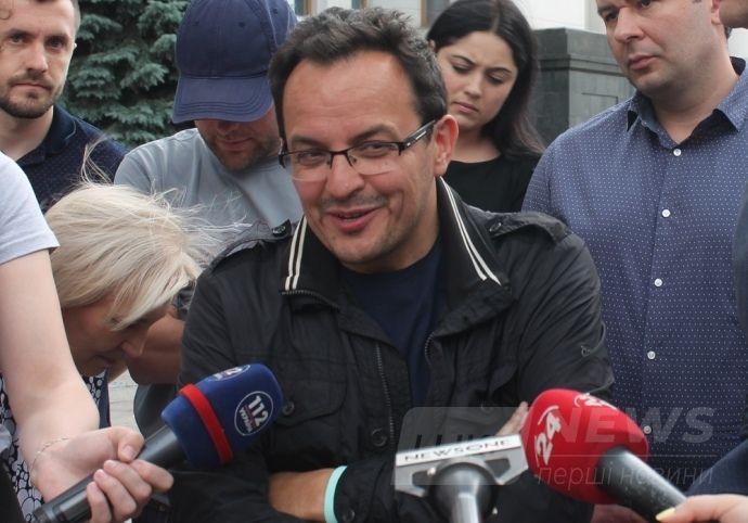 Запитання про складання депутатських повноважень змусило знесиленого Березюка посміхнутись