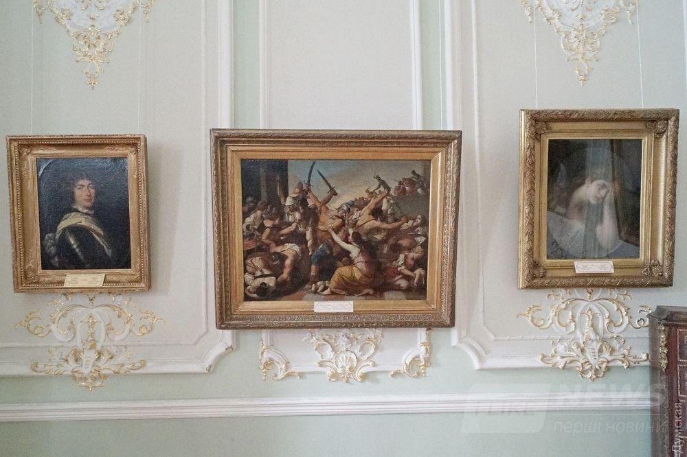 "В центре - ""Избиение младенцев"", справа - картина Жана-Батиста Греза"