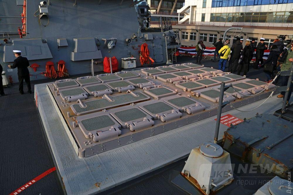 Шахты для запуска ракет в носовой части корабля