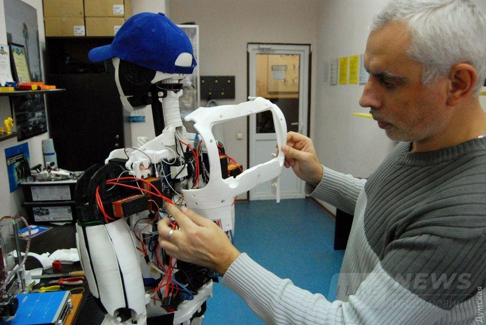 Составные части проектируют при помощи специальных программ и печатают на 3D-принтере. Это - верхняя часть спины с гнездом для планшета, который управляет роботом
