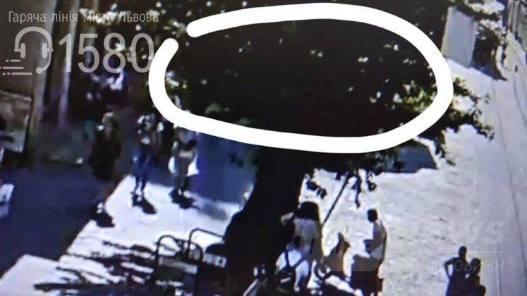 У центрі Львова серед дня невідомий поранив з травматичного пістолета молоду дівчину