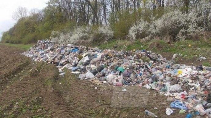 Водій, який по документах віз сміття до Дніпра, викинув його на Львівщині