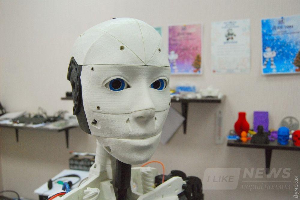 Робот умеет поворачивать головой и двигать глазами, чтобы всегда видеть своего собеседника. Интересно, о чем он думает в эти моменты?