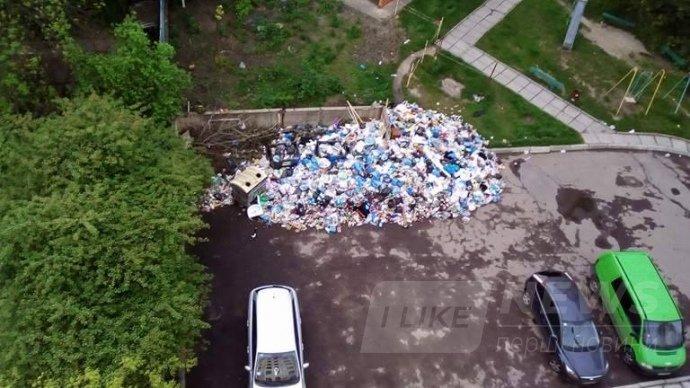 Вулиця Стеценка станом на початок травня-2017. Тут сміття не вивозили більше двох місяців