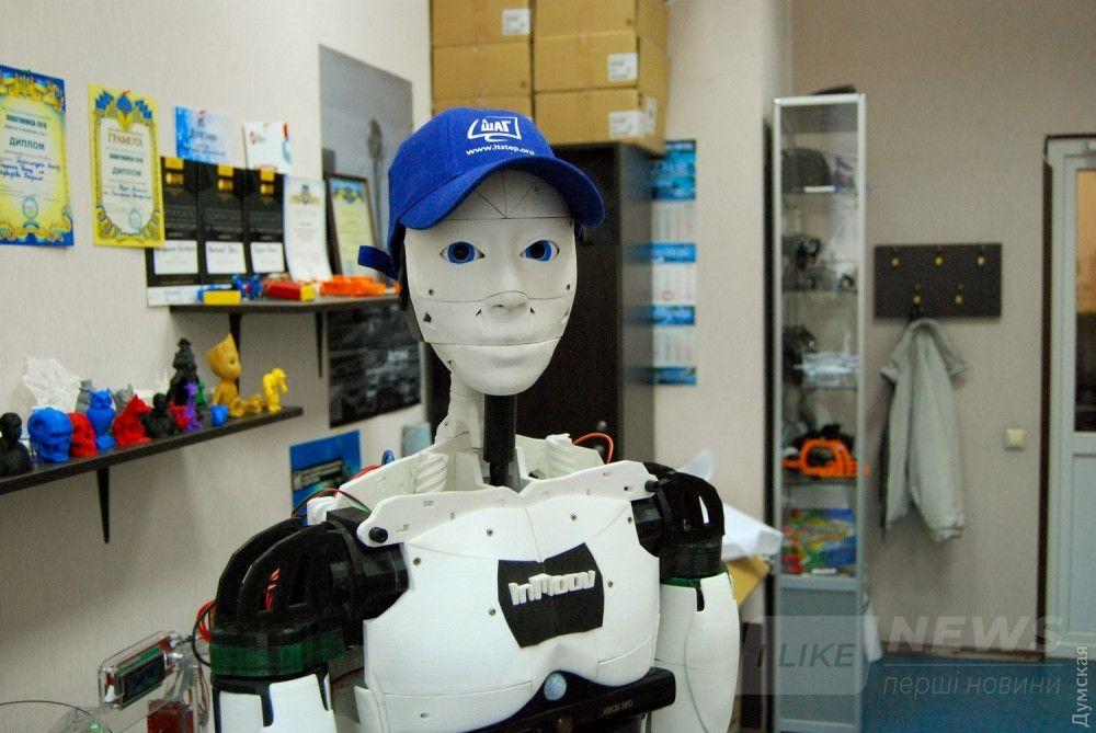 Скульптор Гаэль Ланжво создал очень обаятельного робота, не правда ли?