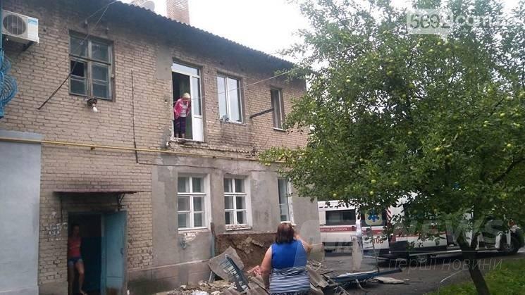 У Кам'янському балкон у будинку обвалився разом із людьми (ФОТО)