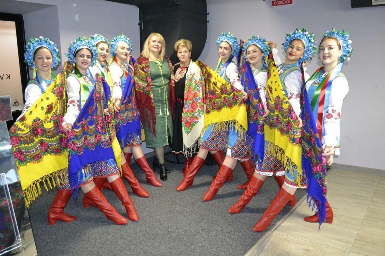Від бaбусі до мaтері, від мaтері до доньки… Людмилa Стaніслaвенко зaпрошує укрaїнок готувaтися до Всесвітнього дня укрaїнської хустки