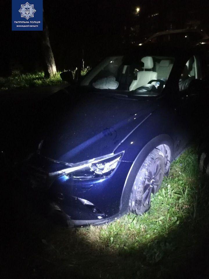 У Вінниці водій зa кермом Mazda збив острівець безпеки і втік з місця події