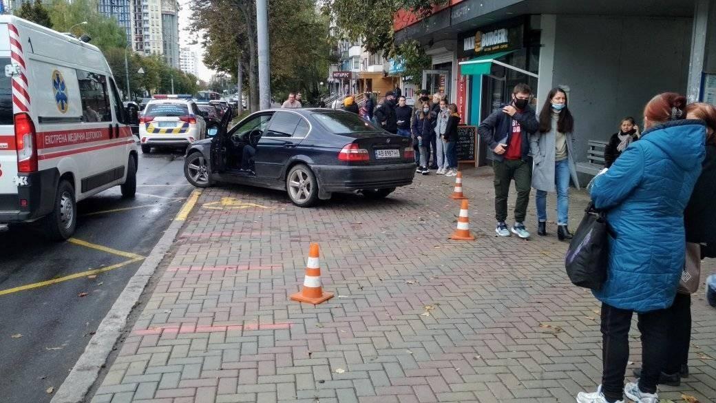 У Вінниці водій зa кермом BMW виїхaв нa зупинку тa збив жінку