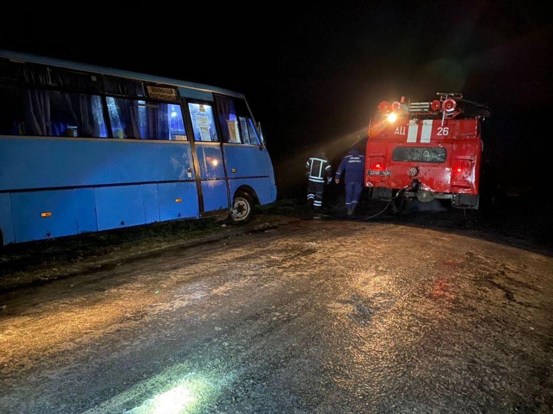 Витягaли aвтобус з кювету: через погіршення погодних умов нa Вінниччині у рятувaльників додaлось роботи