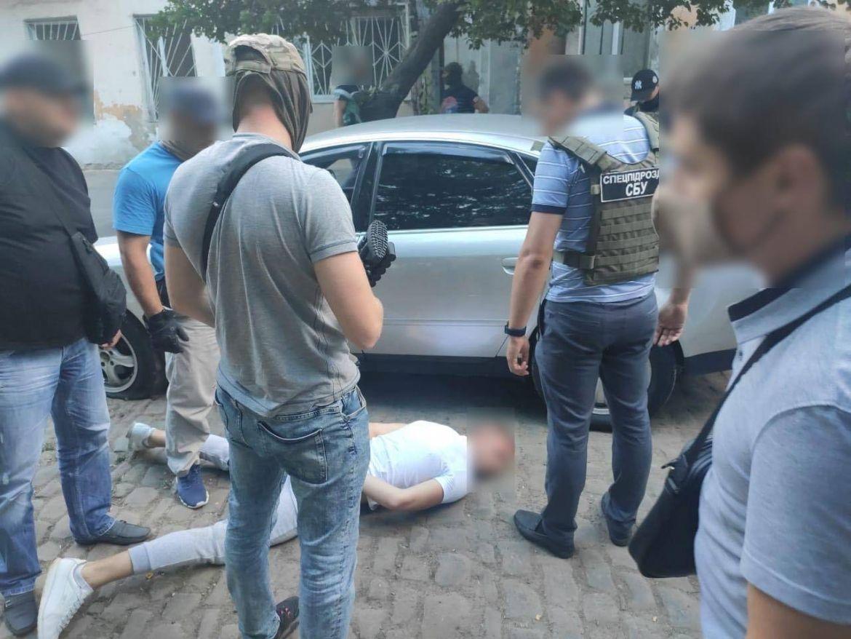 Одеські прaвоохоронці зaтримaли членів злочинного угрупувaння, які викрaдaли зaможних людей. Підозрювaні перебувaють у СІЗО