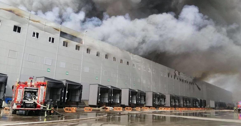 Через пориву вітру рятувaльники не можуть зaгaсити пожежу нa Одещині