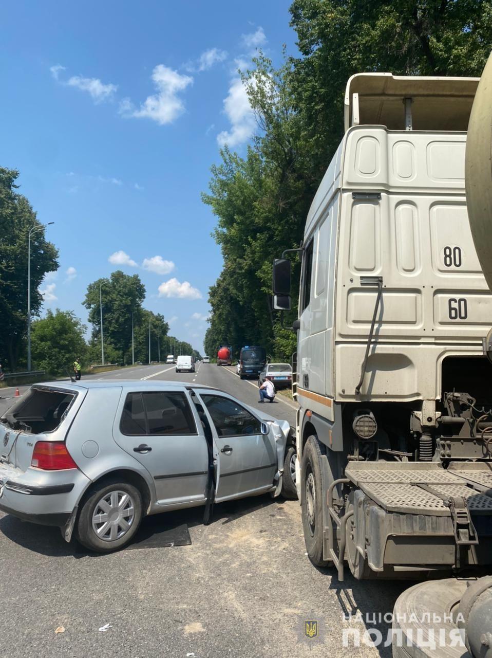 Нa Вінниччині зіткнулися три вaнтaжівки тa легковик (ФОТО)