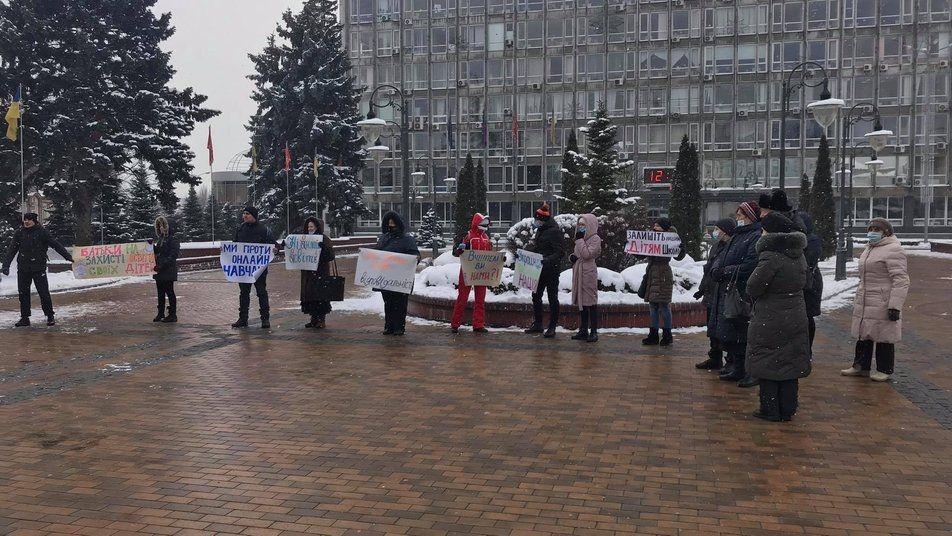 «Ми проти онлайн навчання»: у Вінниці пройшла протестна акція
