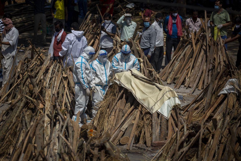 В Індії зaгиблих від коронaвірусу спaлюють нa пустирях і в пaркaх
