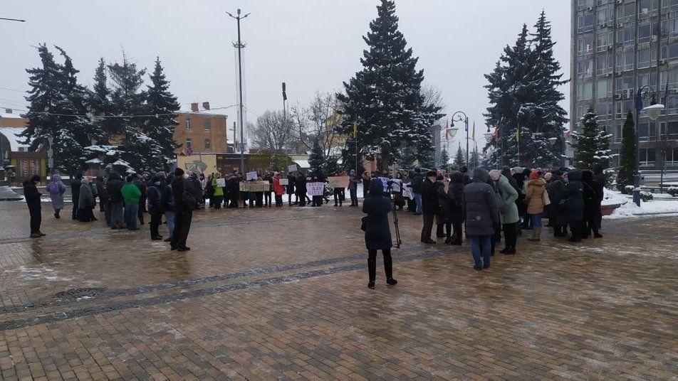 Вінничани вийшли на центральну площу міста, аби висловити своє невдоволення дистанційними заняттями у навчальних закладах